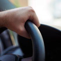 フロントガラスに飛び石の傷は任意保険使える?直さないと車検は通らない!?