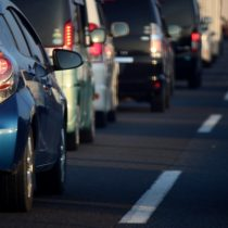 高速道路の渋滞時のマナーと追い越し車線を走ると早く進む?