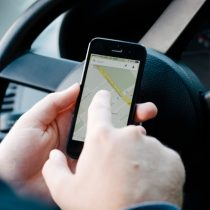 車の信号待ちでスマホ操作は違反になるの?捕まった場合の罰則金や減点はいくら?